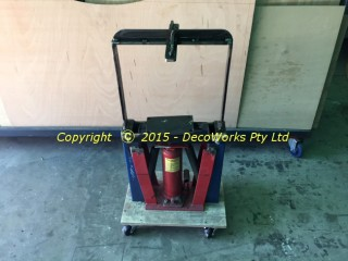 Hydraulic paint tin crusher